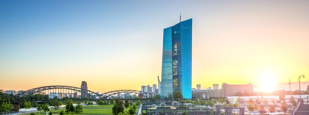 Europäische Zentralbank in der Abenddämmerung steht symbolisch für die Stadt Frankfurt am Main - Ein Standort von Dr. Hosser, Anwalt für Erbrecht in Frankfurt am Main.
