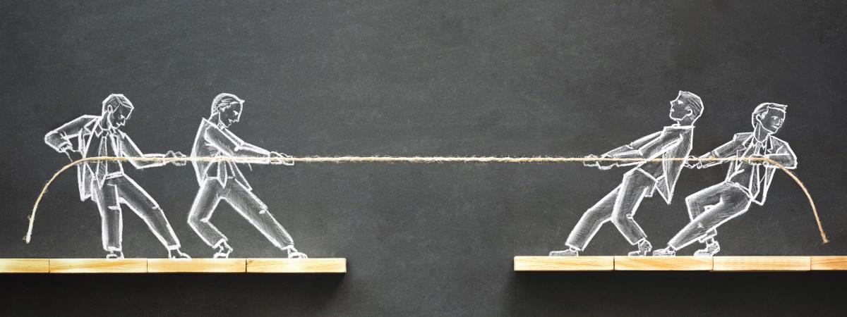 Zwei in kreidegezeichnete Menschen stehen sich gegenüber und ziehen jeweils an einem Ende eines Taus. Bei Uneinigkeiten zum Thema Pflichtteilsansprüchen kann ein Anwalt helfen.